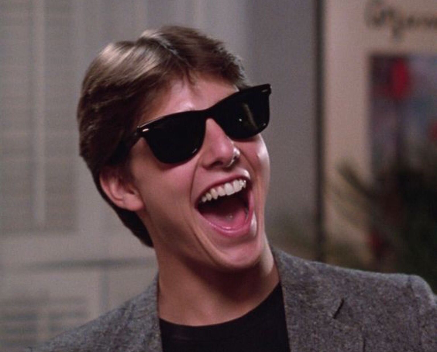 Tom Cruise deo kinh Wayfarers 2140 trong bo phim Risky Business