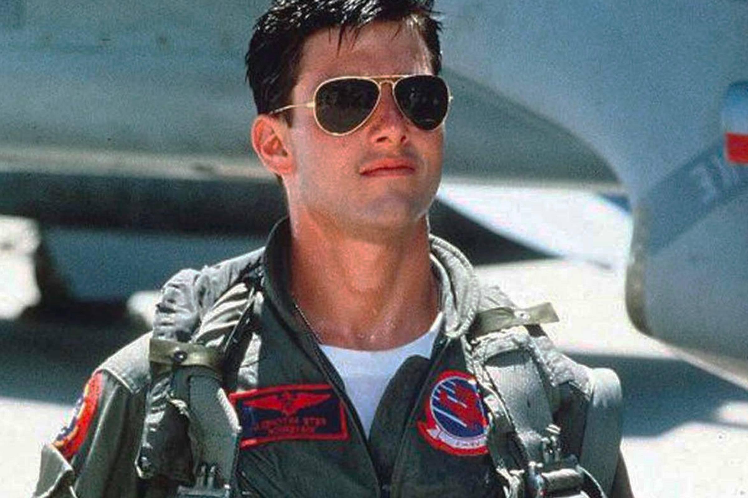 """Tom Cruise trong vai Pete """"Maverick"""" Mitchell đeo kính râm RayBan"""